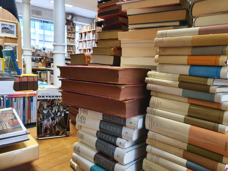 Büchertisch und Regale
